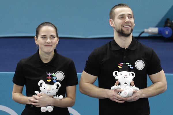 Alexander Krušelnickij sa tešil zo zisku bronzu v súťaži miešaných párov v curlingu spolu s krajankou Anastasiou Bryzgalovovou.