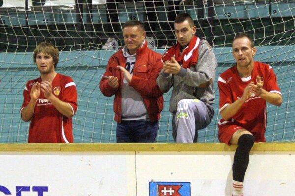 Róbert Jež (druhý zľava) sa tešil so svojimi zverencami z historického triumfu futbalistov Bábu.