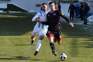 Róbert Valenta z Nitry (vľavo) a James Alexander Lawrence z Trenčína v zápase 20. kola Fortuna ligy vo futbale medzi FC Nitra a AS Trenčín 18. februára 2018 v Zlatých Moravciach.