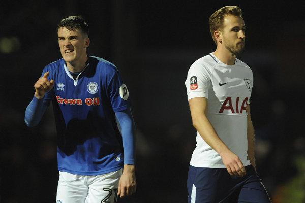 Hráč Rochdale Ryan Delaney (vľavo) a Harry Kane z Tottenhamu.