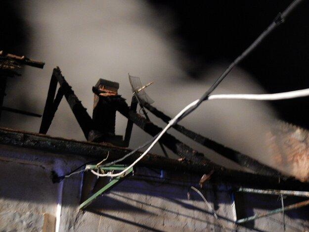 Po príchode hasičov bola strecha už v plameňoch.