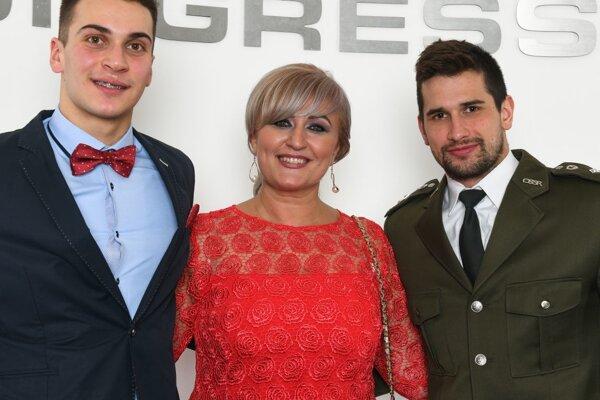 Zľava: Jozef Beňo, mamička Podmaníkovej a Tomáš Klobučník.
