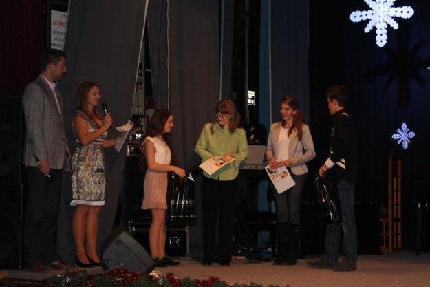 Obdarované mamičky Eva Králičeková a Majka Šmitalová. (v strede).