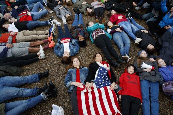 K tínedžerom vo Washingtone sa pridali aj rodičia a pedagógovia.