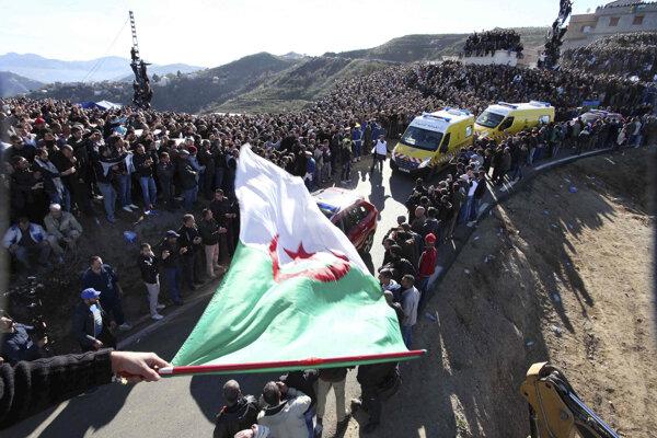 Kolóna s rakvou alžírskeho národného hrdinu Husajna Ajt Ahmada.