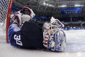 Brankár USA Ryan Zapolski (30) leží na ľade po kolízii s Ladislavom Nagyom.