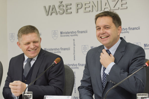 Tlačová konferencia premiéra Roberta Fica (vľavo) a ministra financií Petra Kažimíra k hotovostným výsledkom štátneho rozpočtu za rok 2015.
