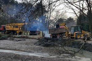 Mechanizmy začali jazierko čistiť už minulý rok, stihli však iba časť práce.