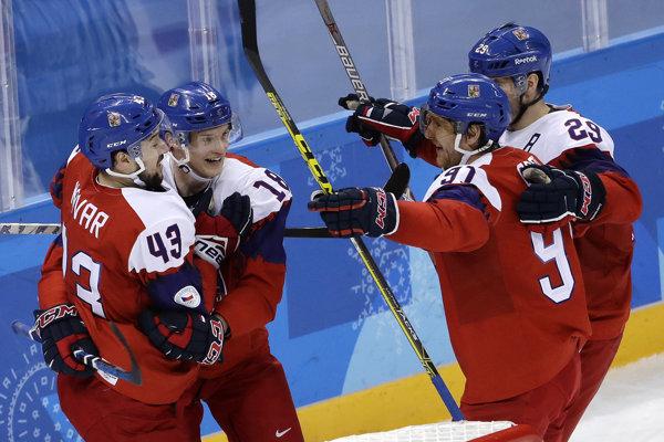 Hokejisti Česka oslavujú triumf.