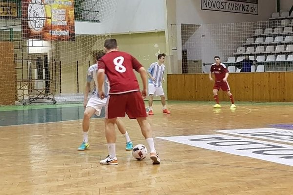 ALTRAX (v červenomn) zdolal v prvom semifinálovom zápase Slovan v pomere 3:0