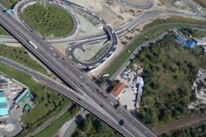 Dopravná infraštruktúra pri nákupnom centre Pharos. Vľavo hore je zjazd z diaľnice D1. Nedostavaný nadjazd ponad Vrakunskú cestu je vpravo hore. Cesta popod D1 vedľa železnice je Vrakunská.