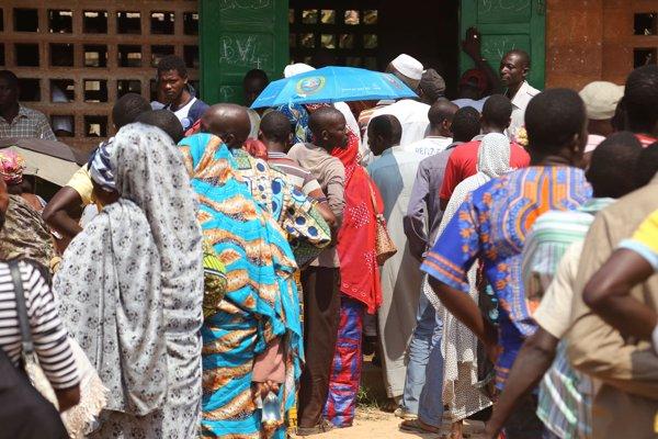 Na snímke Stredoafričania čakajú v rade počas prezidentských aj parlamentných volieb v meste Bangui.