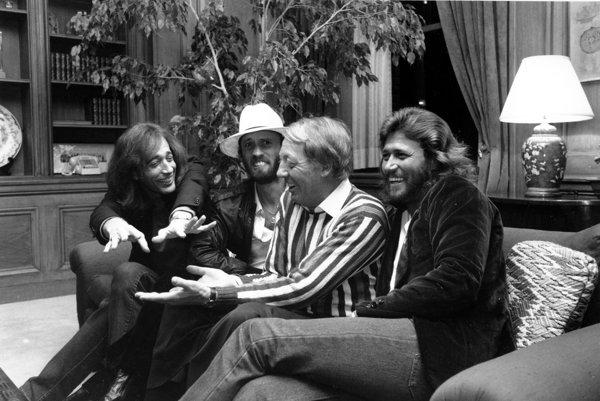 Na snímke z roku 1981 sú členovia legendárnej britskej skupiny Bee Gees, zľava Robin Gibb, Maurice Gibb a Berry Gibb v New Yorku. Druhý sprava je Robert Stigwood.