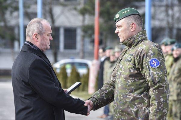 Na snímke zľava minister obrany SR Peter Gajdoš odovzdáva ďakovnú medailu plukovníkovi Jozefovi Zekuciovi za jeho službu vo funkcii bývalého veliteľa NFIU počas slávnostného ceremoniálu.
