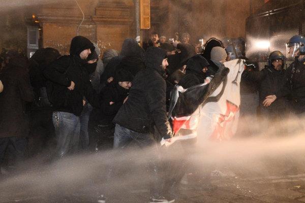 Talianska polícia sa snaží rozohnať antifašistických demonštrantov, ktorí protestujú v Bologni proti vystúpeniu lídra ultrapravicovej strany Forza Nuova.