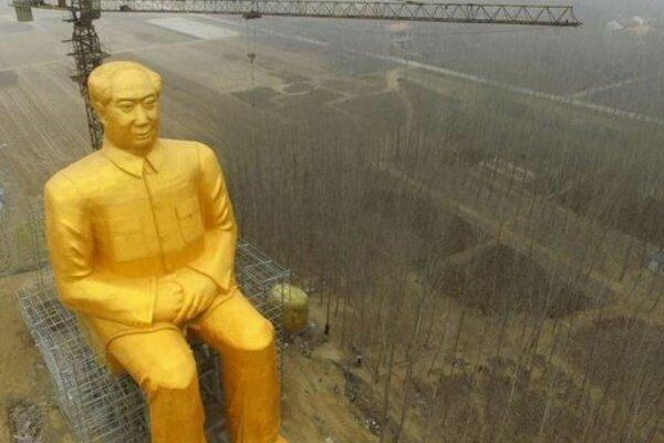 Pohľad na pozlátenú sochu Mao Cetunga.