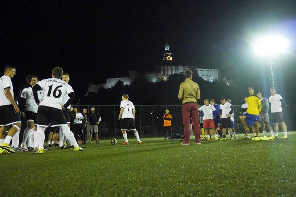 TOP liga v Nitre sa hrá v strede týždňa na umelej tráve pod umelým osvetlením.