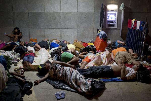 Kubánski utečenci na zatvorených nikaragujských hraniciach.