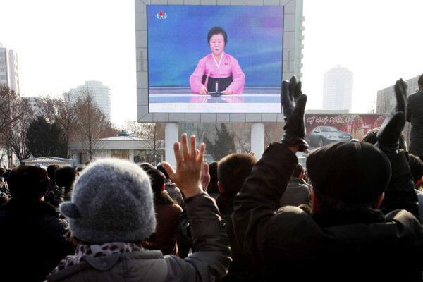 Oznámenie o úspešnom teste vodíkovej bomby sledovali obyvatelia Pchjongjangu na veľkoplošnej obrazovke.