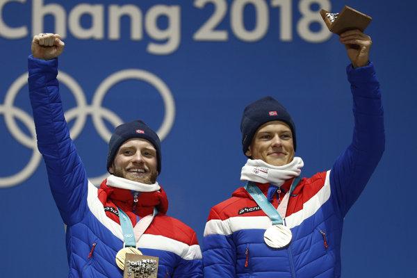 Nórski bežci na lyžiach, zľava Martin Johnsrud Sundby a Johannes Hösflot Klaebo získali zlaté medaily v tímovom šprinte voľnou technikou na ZOH 2018.