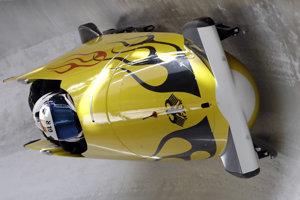Na čele súťaže štvorbobov je po dvoch jazdách nemecká posádka s pilotom Francescom Friedrichom.