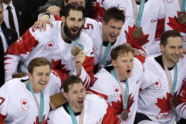 Hokejisti Kanady oslavujú zisk bronzu na ZOH 2018.