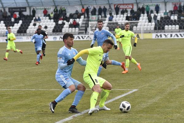 Vasil Božikov z ŠK Slovan Bratislava (vľavo) a Žilinčan Lukáš Jánošík v súboji o loptu počas zápasu 21. kola futbalovej Fortuna ligy.