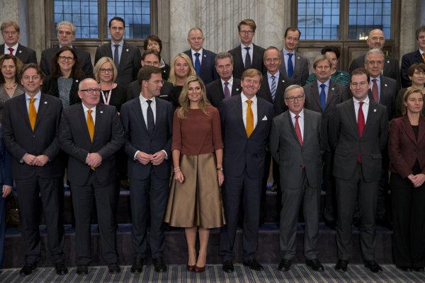 Holandský premiér Mark Rutte v Amsterdame 7. januára 2016 (tretí zľava).