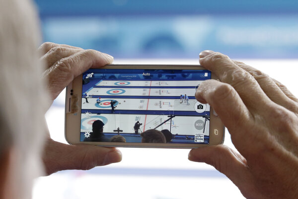 Momentka z curlingového zápasu.