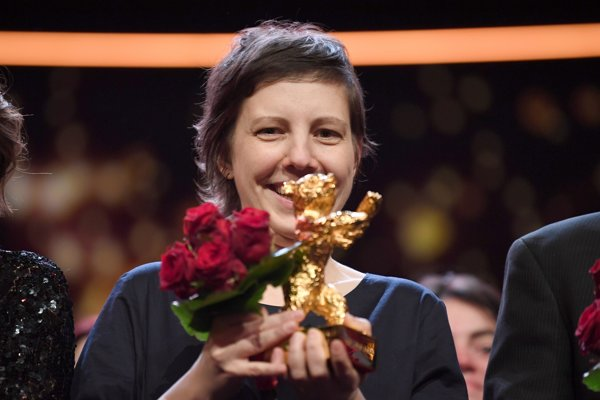 Režisérka Adina Pintilieová so soškou medveďa.