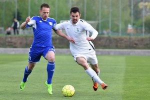 Lukáš Hlavatovič (vpravo) v súboji o loptu.