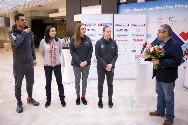 Zľava: Slovenský biatlonista Matej Kazár, reprezentačná trénerka žien v biatlone Anna Murínová a biatlonistky Ivona Fialková a Paulína Fialková počas brífingu po návrate zo ZOH 2018.