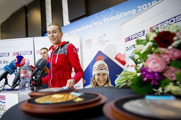 Anastasia Kuzminová sa díva na svoje medaily.