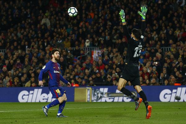 Lionel Messi sa snaží prekonať brankára Girony.