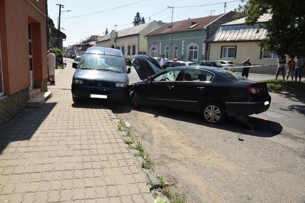 Volkswagen po nehode. Najprv zrazil ľudí, potom vrazil do zaparkovaných vozidiel.