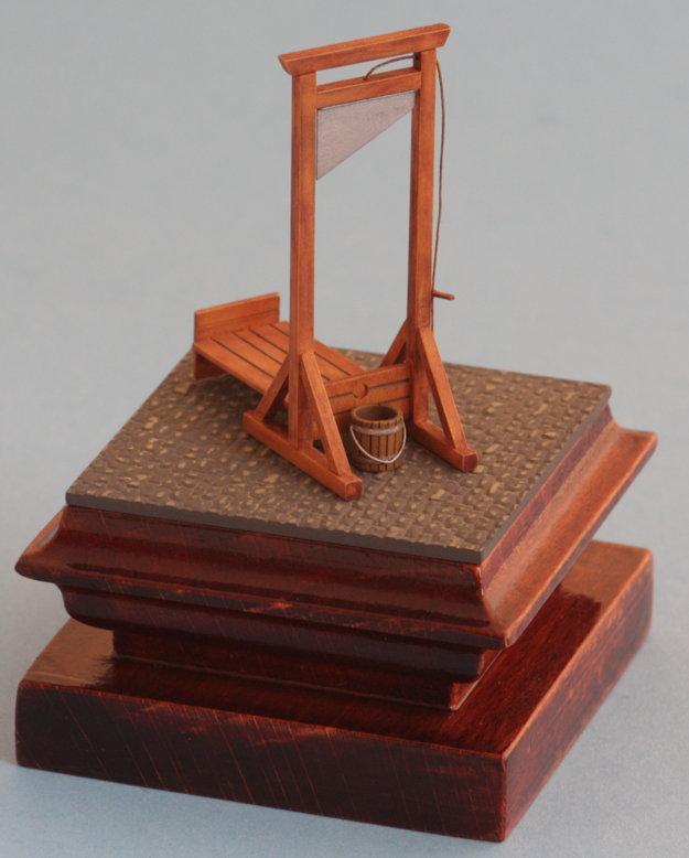 Model gilotíny po dokončení.