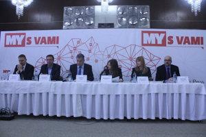 Diskusie Nitra - moderné mesto sa zúčastňujú (zľava) Matúš Drotár, Marek Mitošinka, Jozef Dvonč, moderátorka Miriam Hojčušová, Miriam Letašiová a Michal Kaliňák.