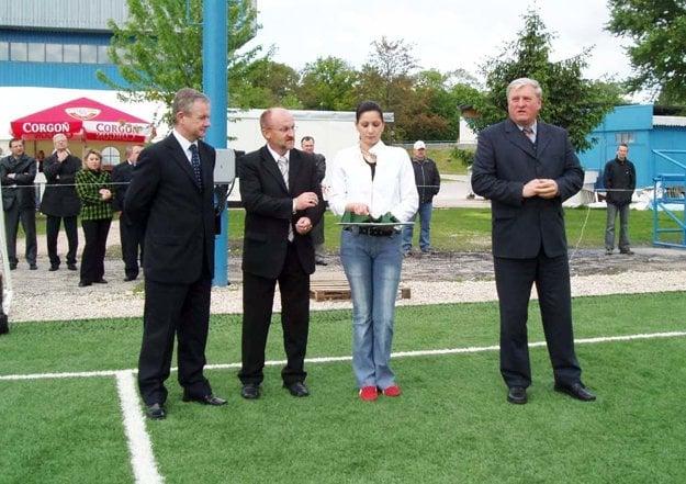 Umelú trávu v Nitre otvárali v sezóne 2004/05 za účasti prezidenta SFZ Laurinca. Na snímke vtedajší predstavitelia FC Nitra Vladimír Vikor a Pavol Holeščák.