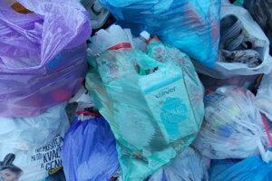 Papier a plasty v komunálnom odpade.