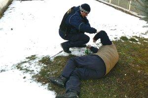 Opilcov ležiacich na zemi pribúda, policajti pomaly zasahujú na dennej báze.