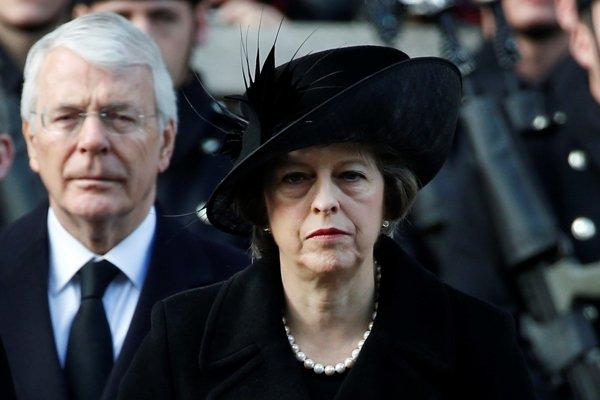 Britská ministerská predsedníčka Theresa Mayová a John Major, ktorý viedol britský vládny kabinet v rokoch 1992 až 1997.