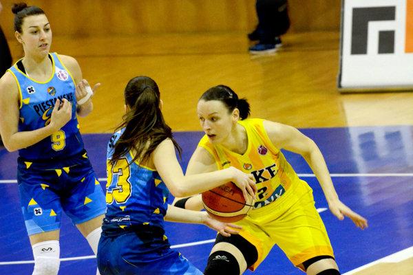 Anna Jurčenková (vpravo). Konto Piešťan zaťažila trinástimi bodmi.
