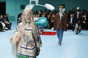 V Miláne značka Gucci šokovala aj hlavami modeliek a modelov ako doplnkami.