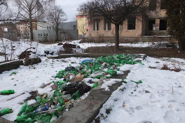 Odpad sa hromadí v budove aj mimo neho.