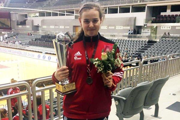 Barbora Lanczová s trofejou na MS stredných škôl.
