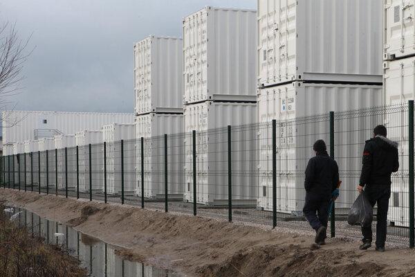 Prví utečenci z nelegálneho slumu pri francúzskom prístavnom meste Calais sa ubytovali vo vyhrievaných kontajneroch.