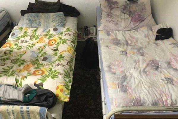 Postele v nocľahárni sú pripravené pre núdznych ľudí.