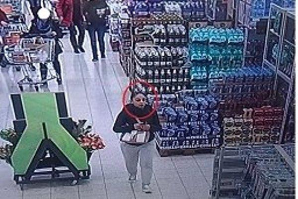 Neznáma žena je podozrivá z krádeže.