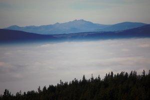 Zľava - Skalka, Chabenec a Ďumbier – výhľad zo Skaliska na západ (10x priblížený).