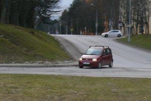 Z malého kopca zo Stavbárskej ulice sa má odbočiť doprava, teraz, ak idete do mesta sa odbočuje vľavo.